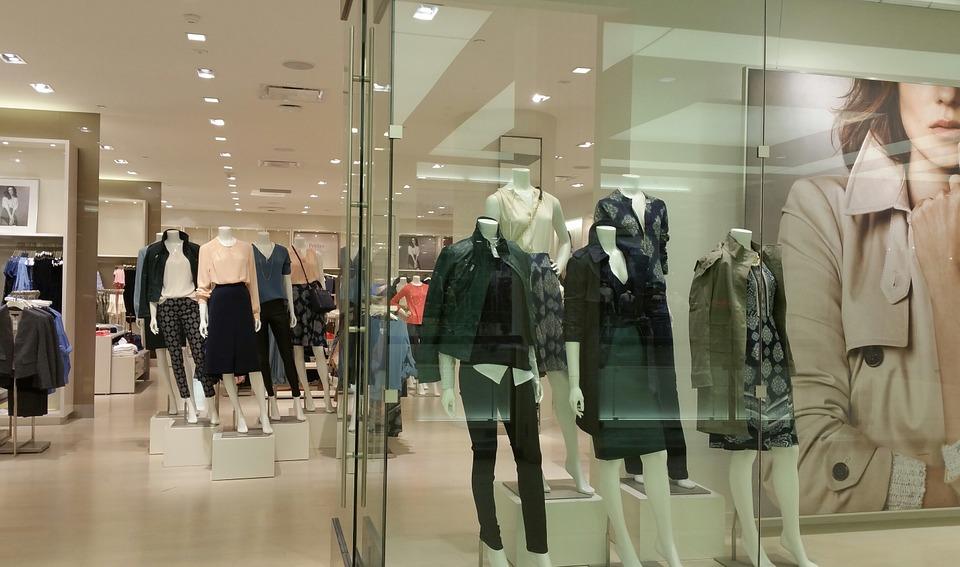 Boutique de mode : faut-il présenter tous les vêtements à vendre ?